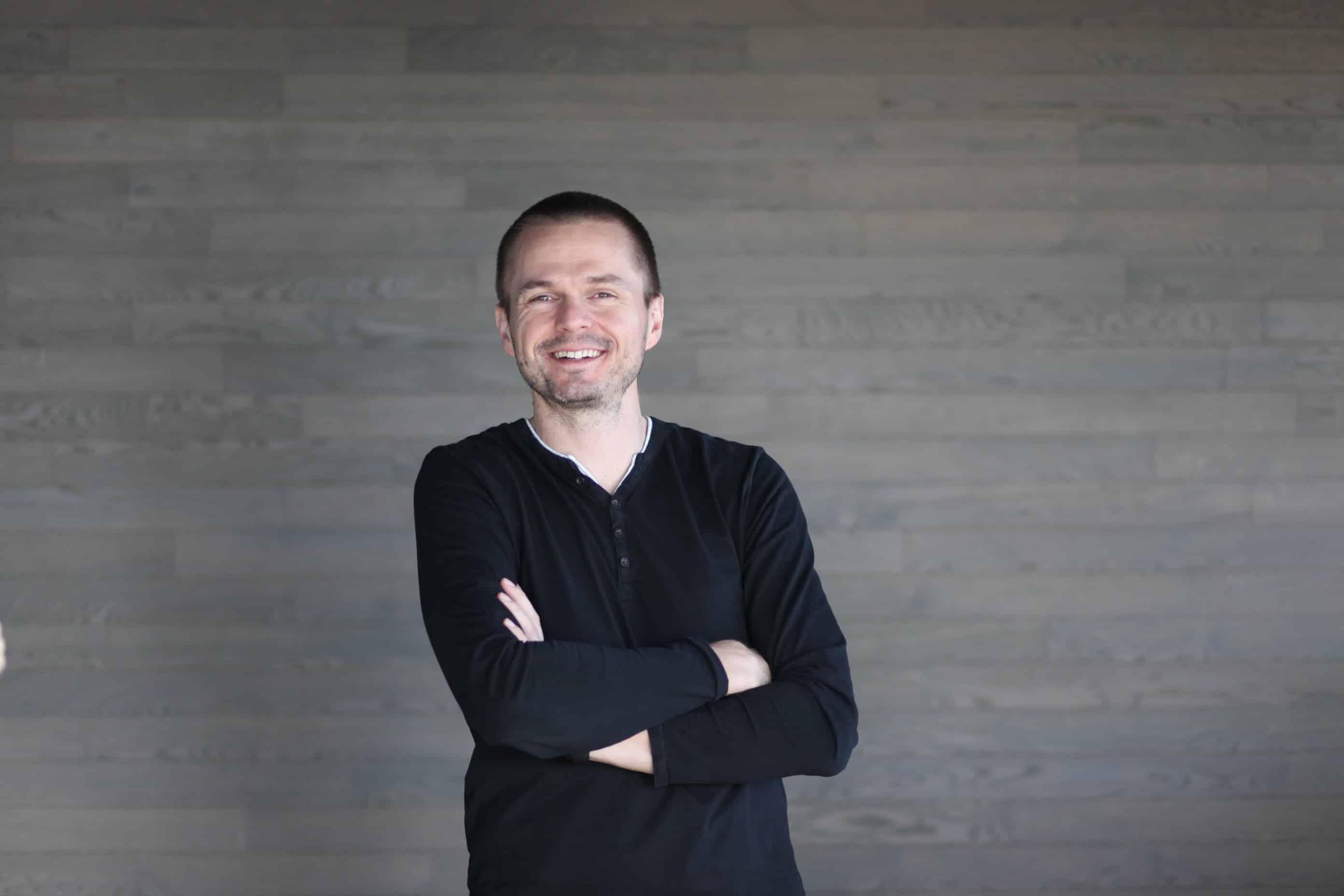 arek-skuza-business-consultant-smiling