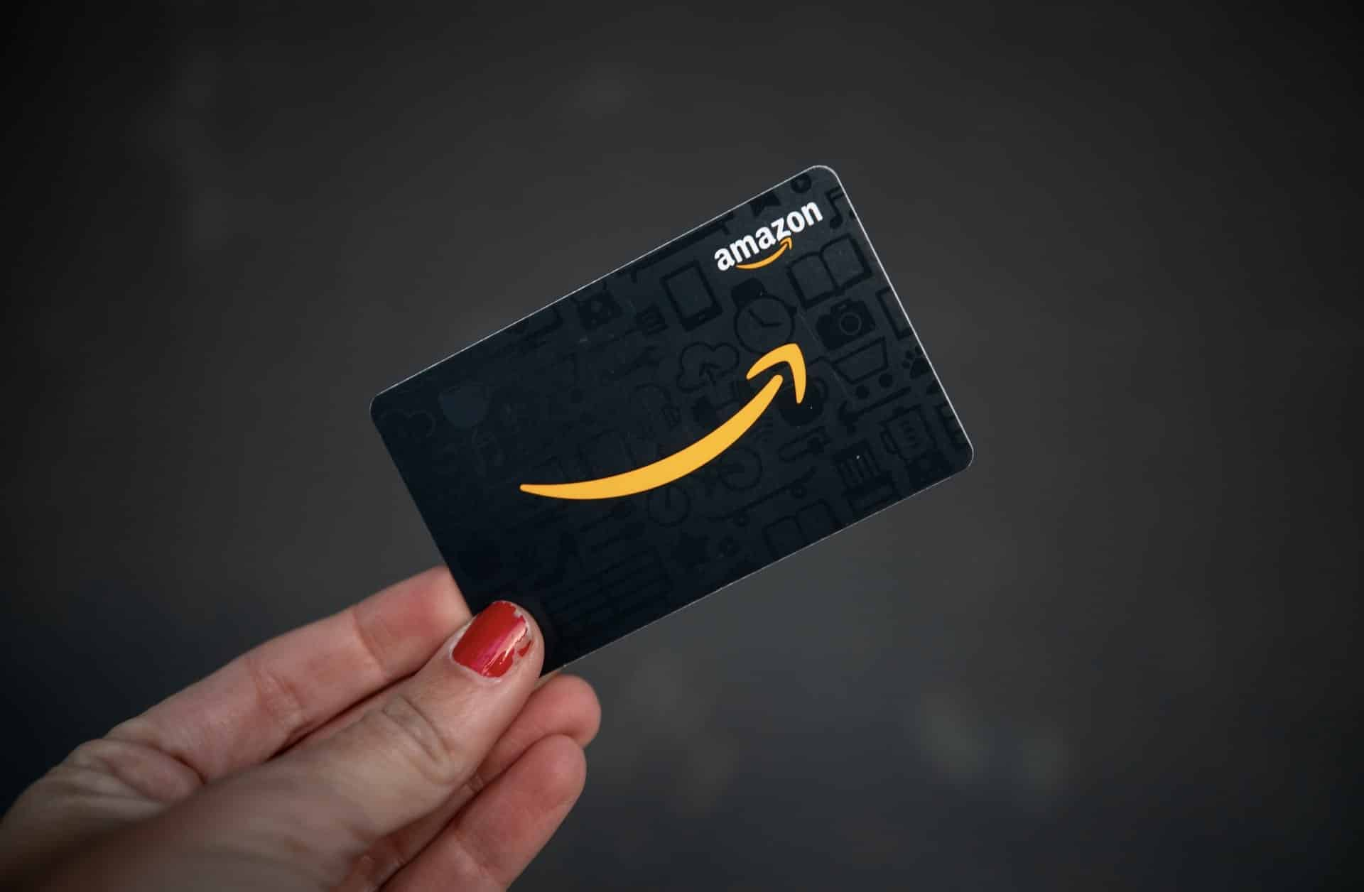 Amazon-gift-card-in-the-hand